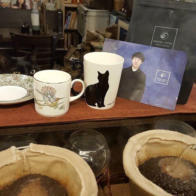 """珈琲と猫と猫と""""ホライズンコーヒー""""なかなかいい腕だね(^_-)"""