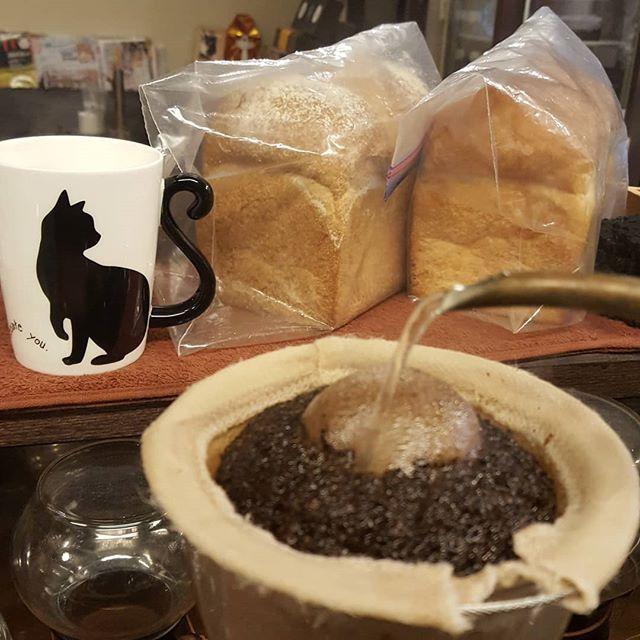 #珈琲と猫と煙草と ...フクセンドーのハードトースト、今日はいつものと全粒粉のと両方あるよー