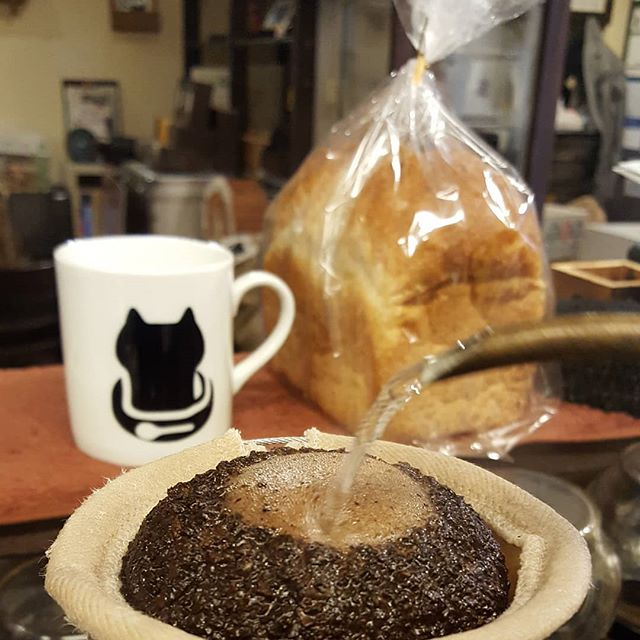 #珈琲と猫と煙草と ...昨日はれんちトーストが出たからともう1本買うてきたのに減ってない。夢?(笑)#フクセンドー